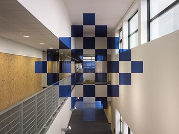 Vingt-cinq carrés bleus en damier (Felice Varini)