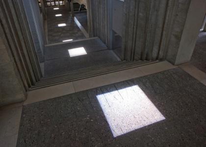 Sous le plafond (sur le sol exactement) (Michel Verjux)